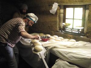 Fabrication de pain dans l'ancienne boulangerie