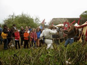 Un visiteur se mesure à l'un des chevaliers du camp