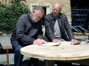 Signature de la convention entre le maire de Marchésieux et le vice-président du GON