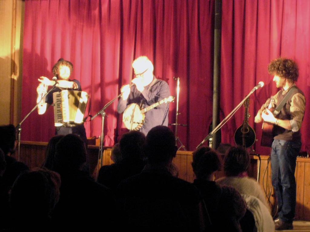McDonnell trio à la salle des fêtes de Saint Sébastien de Raids